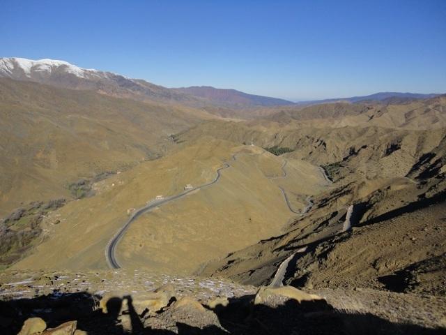 Estrada sinuosa na cordilheira do Atlas.